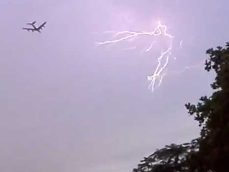 Airbus a380 get hit by lightning